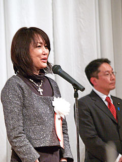 2009年新年交礼会の様子 謝辞を述べる矢野本部長 祝辞を述べる中川郁子夫人 祝辞を述べる中川義